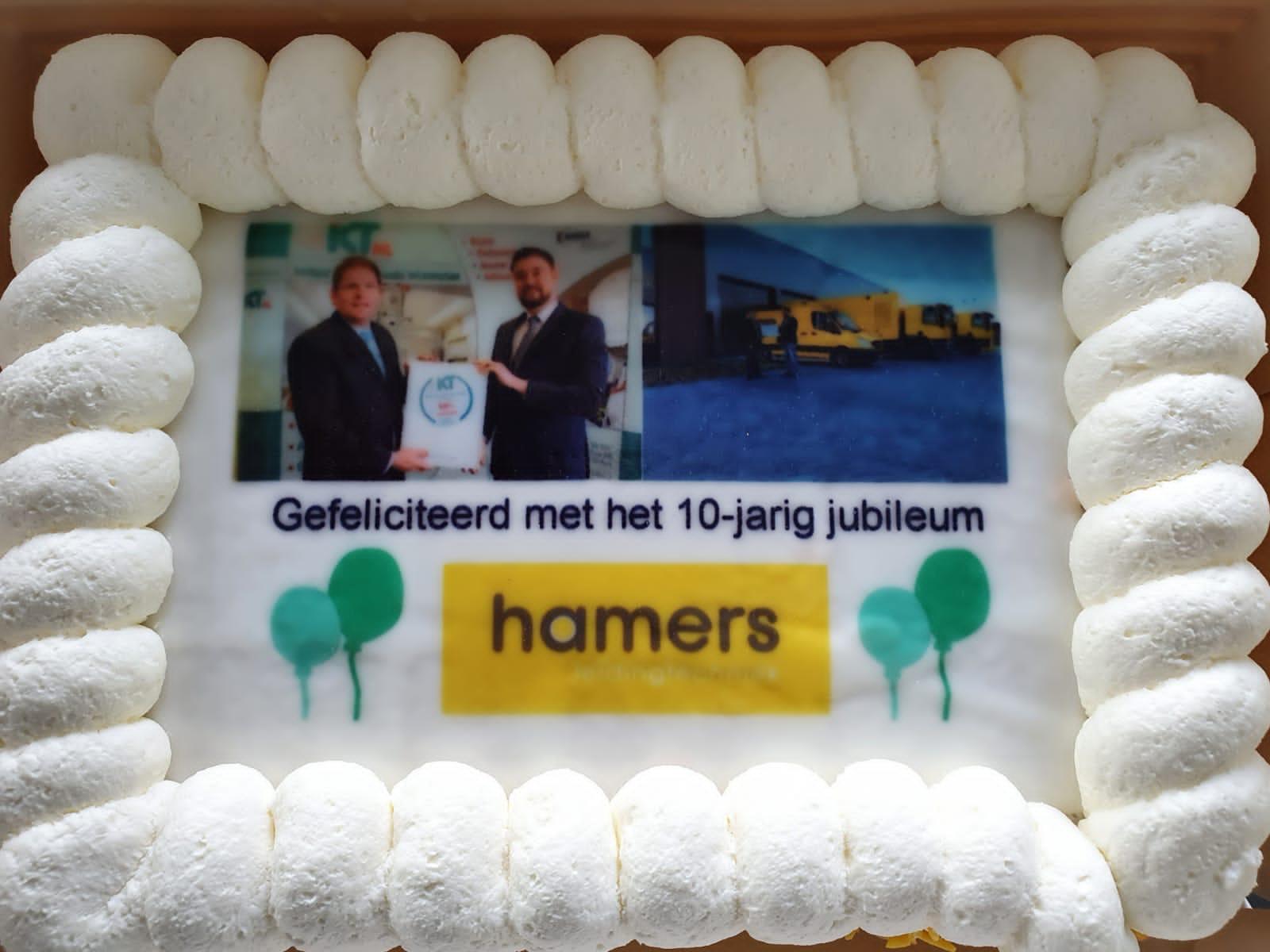 Naast de overhandiging van het IKT-Testkeurmerk werd een taart aangeboden ter gelegenheid van het 10-jarig jubileum.